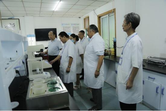 中科创新董事长李诗昌先生在实验室察看检测设备(左一)